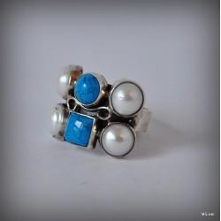 3. Srebrny pierścionek z perłami i turkusami