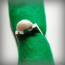 5. Srebrny pierścionek - sygnet z perłą