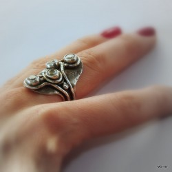 9. Srebrny pierścionek z czterema cyrkoniami