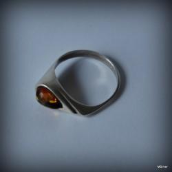 11. Srebrny pierścionek z bursztynem