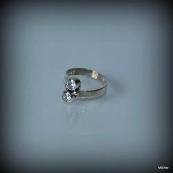 16. Srebrny pierścionek z cyrkoniami
